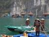 Fischerinnen mit Dorf im Hintergrund