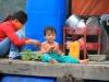 Vietnamesisches Kind in der Halong Bucht
