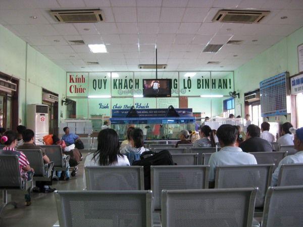 Warten am Bahnhof in Nha Trang