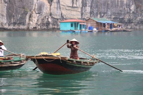 Schwimmendes Fischerdorf mit Fischerinnen im Vordergrund