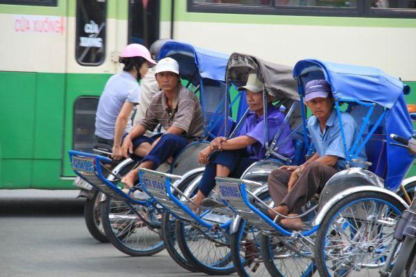 Drei Vietnamesen mit Fahrrad