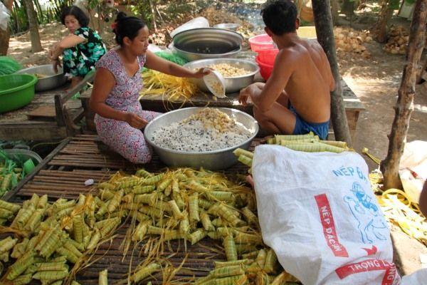 """Vietnamesen bei der Herstellung des """"Coconut-Cakes"""""""